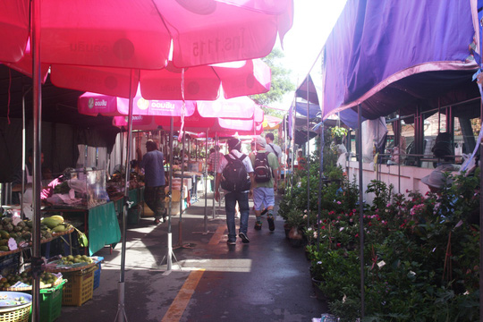 Đi chợ nổi Taling Chan ở Bangkok - Ảnh 1.