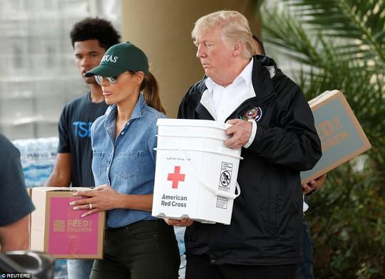 Quay lại Texas, ông Donald Trump chúc nạn nhân bão thời gian tốt lành - Ảnh 8.