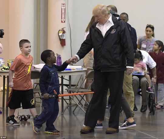 Quay lại Texas, ông Donald Trump chúc nạn nhân bão thời gian tốt lành - Ảnh 6.