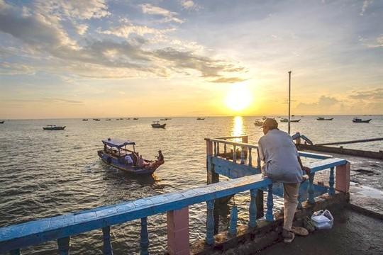 Sớm mai ghé bến cá Đèn Đỏ, kiếm cá độc ăn chơi - Ảnh 1.