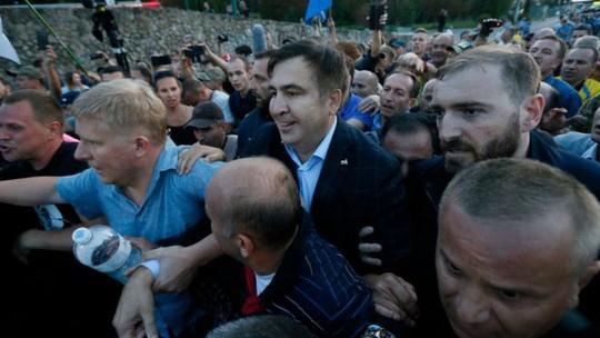 Cựu tổng thống Georgia xông vào Ukraine đòi quốc tịch - Ảnh 1.
