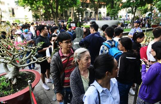 Vì sao người Việt chờ 15 tiếng mua áo H&M 700.000 đồng vẫn khen rẻ? - Ảnh 1.