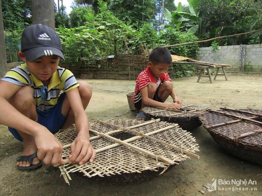 Chiêu độc săn cá suối của trẻ em vùng cao Nghệ An - Ảnh 1.