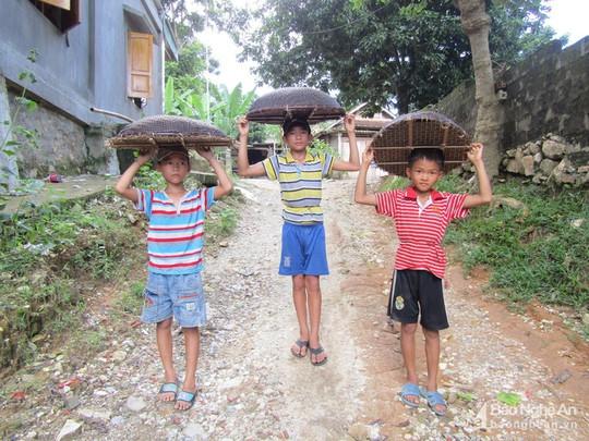 Chiêu độc săn cá suối của trẻ em vùng cao Nghệ An - Ảnh 2.