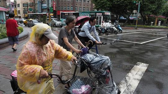 Né Trung Quốc, bão Talim gây mưa lớn nhất 50 năm ở Nhật Bản - Ảnh 2.