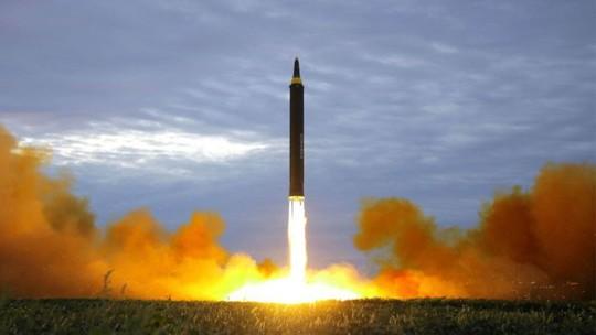 Hồi tháng trước, Triều Tiên cũng từng sử dụng sân bay Sunan để phóng tên lửa tầm trung Hwasong-12 bay qua phía Bắc Nhật Bản. Ảnh: KCNA
