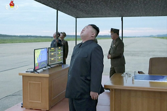 Ông Kim Jong-un ngước lên bầu trời theo dõi thử tên lửa, hình ảnh được cho là được ghi nhận trong vụ thử hồi tháng 8. Ảnh: cắt từ video của AP