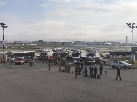Máy bay bị sơ tán khẩn cấp tại sân bay Pháp - Ảnh 2.