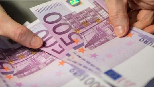 Người phụ nữ bí ẩn xả hàng chục ngàn euro xuống bồn cầu - Ảnh 1.