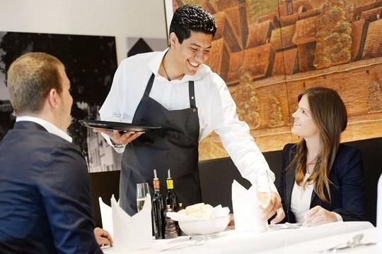 Cách đưa tiền tip ở nhà hàng, khách sạn cho người sành điệu - Ảnh 1.