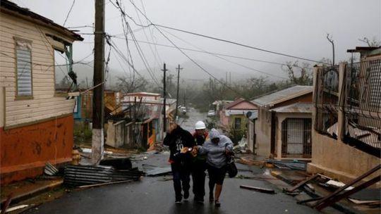 Nhiều ngôi nhà bị tốc mái. Ảnh: Reuters