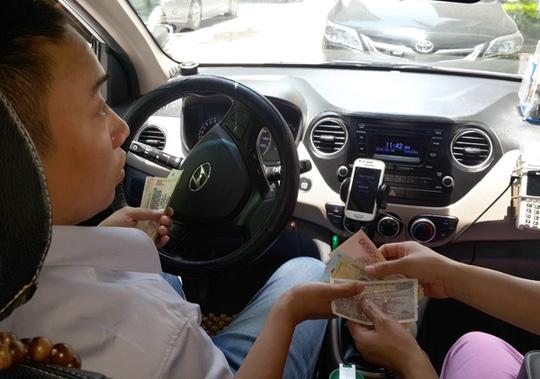 """Lái xe Uber, Grab """"ngã ngửa"""" vì bị truy thu thuế - Ảnh 1."""
