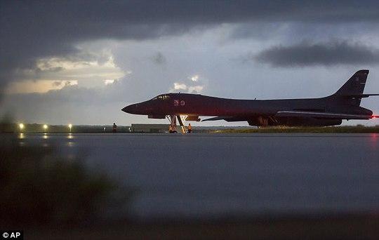 Máy bay ném bom Mỹ phô diễn sức mạnh sát Triều Tiên - Ảnh 1.