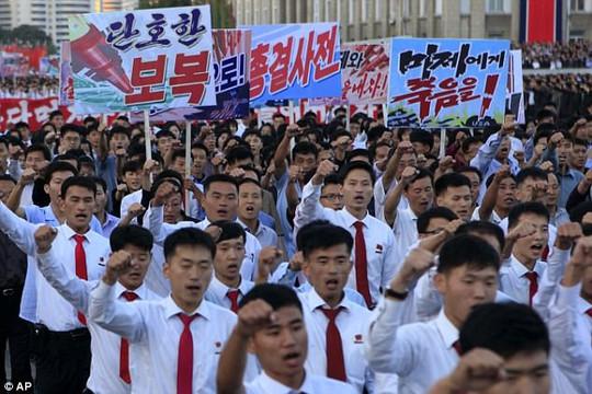 Biển người tuần hành cổ vũ ông Kim Jong-un đánh Mỹ - Ảnh 1.