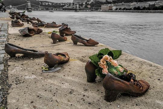Hơn 60 đôi giày bên dòng Danube và câu chuyện ám ảnh phía sau - Ảnh 4.