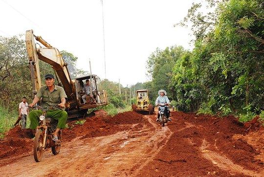 Một nông dân bỏ ra hơn 200 triệu đồng làm đường - Ảnh 1.