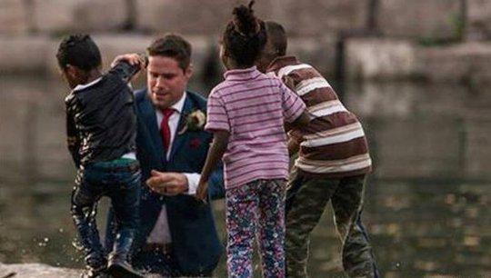 Đang chụp ảnh cưới, chú rể lao xuống sông cứu người - Ảnh 1.