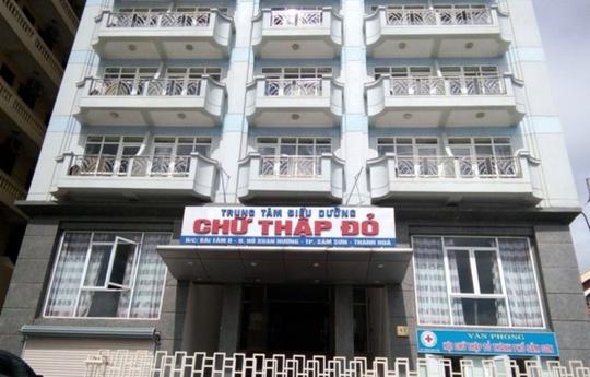 Đến Sầm Sơn nghỉ mát, hơn 100 du khách ngộ độc thực phẩm - Ảnh 1.