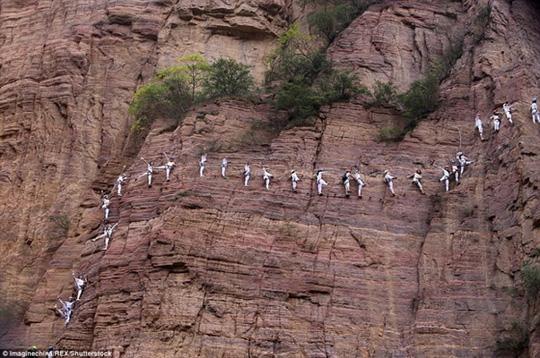 Những màn trình diễn yoga như thế này thật không tưởng - Ảnh 1.