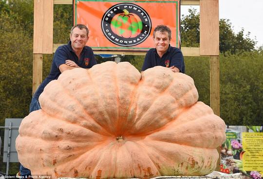 Hai anh em song sinh trồng được trái bí ngô nặng hơn 1 tấn - Ảnh 5.