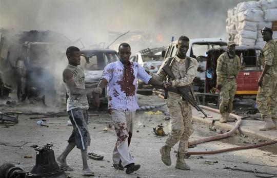 Đánh bom kép đẫm máu, gần 200 người chết - Ảnh 1.