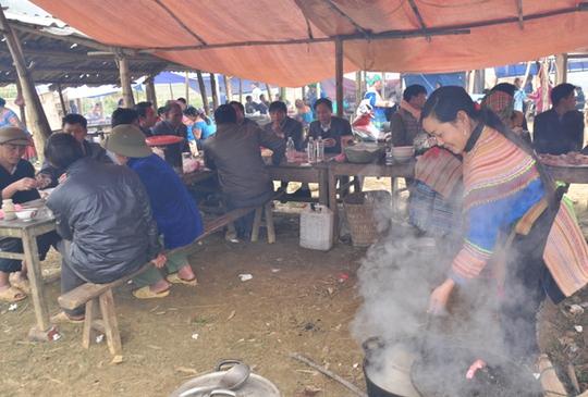 Những món ăn thử rồi ghiền tại chợ phiên Lào Cai - Ảnh 2.