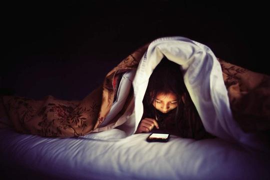Nguy hại khôn lường vì sử dụng điện thoại trước khi ngủ - Ảnh 1.