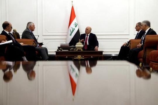 Ông Abadi (giữa) gặp ông Tillerson (trái). Ảnh: Reuters