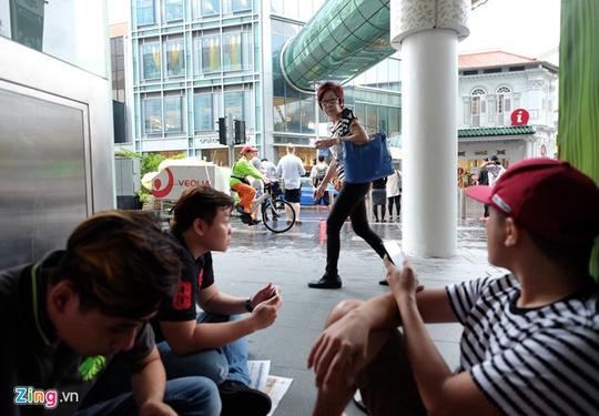 Người Việt thuê xếp hàng mua iPhone X ở Singapore giá 3 triệu/suất - Ảnh 1.