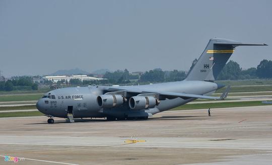 Máy bay vận tải đoàn Tổng thống Donald Trump đến Hà Nội - Ảnh 2.