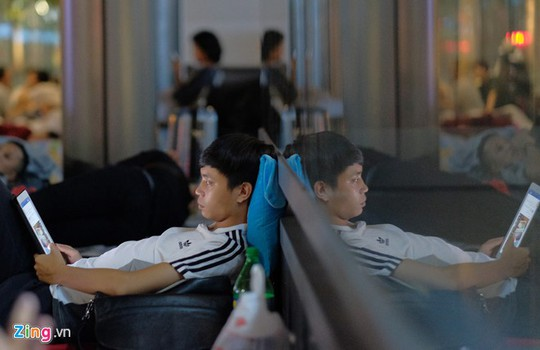 Apple Store bất lực giải tán đám đông người Việt chờ mua iPhone X - Ảnh 2.