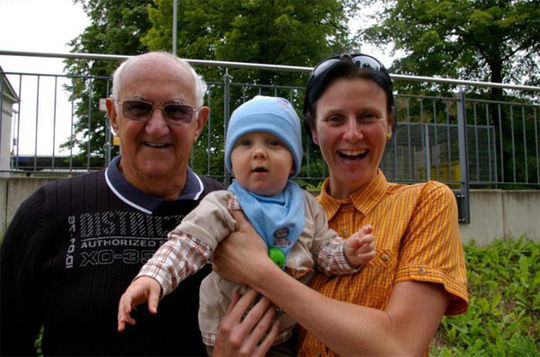 Lấy chồng 77 tuổi, người phụ nữ vô sinh bất ngờ được làm mẹ - Ảnh 2.