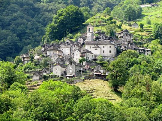 Ngôi làng chỉ có 13 người sắp trở thành khách sạn - Ảnh 1.