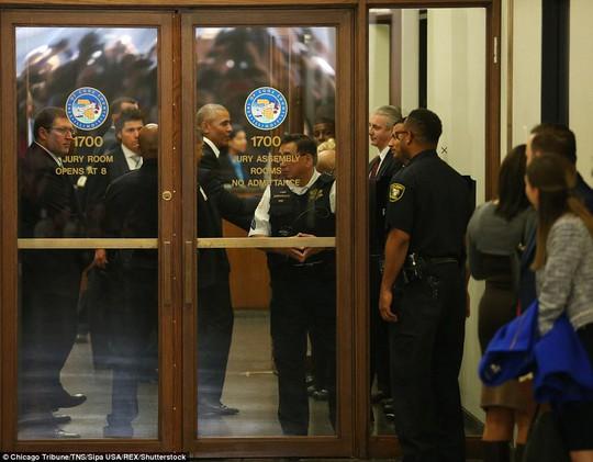 Đi làm nghĩa vụ dân sự, ông Obama được chào đón nồng nhiệt - Ảnh 1.