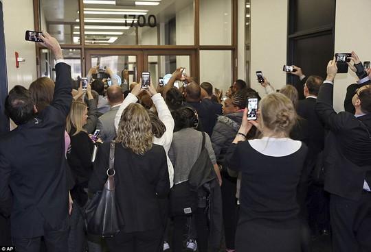 Đi làm nghĩa vụ dân sự, ông Obama được chào đón nồng nhiệt - Ảnh 2.