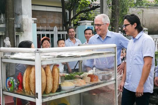 Thủ tướng Úc thích thú thưởng thức bánh mì vỉa hè Đà Nẵng - Ảnh 2.