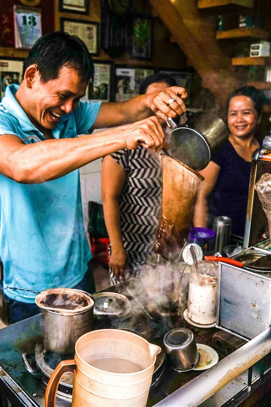7 quán cà phê khách Tây mách nhau phải ghé ở Sài Gòn - Ảnh 2.