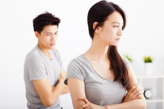 7 dấu hiệu ngầm mách chồng bạn đang ngoại tình - Ảnh 2.