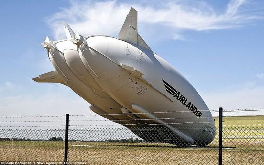 Máy bay lớn nhất thế giới gặp sự cố ở Anh - Ảnh 2.