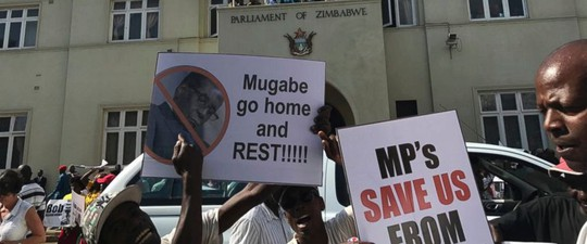 Người dân reo hò trên phố sau khi nghe tin tổng thống từ chức. Ảnh: AP