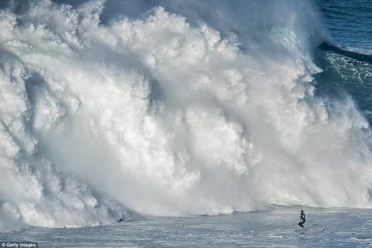 Choáng ngợp với những con sóng khổng lồ tuyệt đẹp nhưng cũng đầy hăm dọa - Ảnh 1.