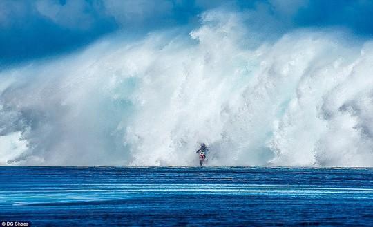 Choáng ngợp với những con sóng khổng lồ tuyệt đẹp nhưng cũng đầy hăm dọa - Ảnh 2.