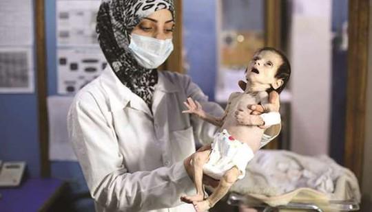 Cạn lương thực, người dân Syria phải lục thùng rác - Ảnh 2.