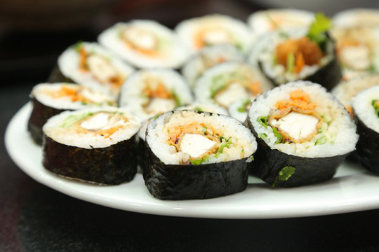 Dẻo thơm cá cam cuốn sushi - Ảnh 1.