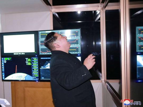 Triều Tiên khoe ảnh ông Kim Jong-un vui mừng theo dõi tên lửa - Ảnh 1.