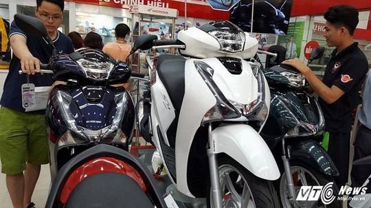 Xe máy tăng vù vù, giá Honda SH chênh lệch hàng chục triệu đồng - Ảnh 1.