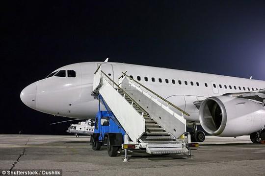 Tại sao hành khách luôn vào và ra khỏi máy bay từ cửa bên trái? - Ảnh 1.