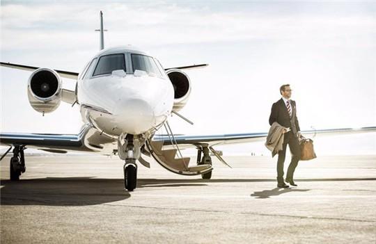Tại sao hành khách luôn vào và ra khỏi máy bay từ cửa bên trái? - Ảnh 2.