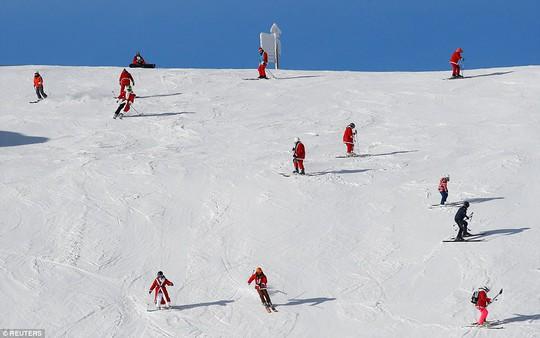Bắt gặp hàng ngàn ông già Noel vui vẻ trên núi Alps - Ảnh 1.