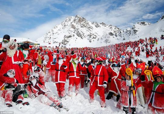 Bắt gặp hàng ngàn ông già Noel vui vẻ trên núi Alps - Ảnh 2.